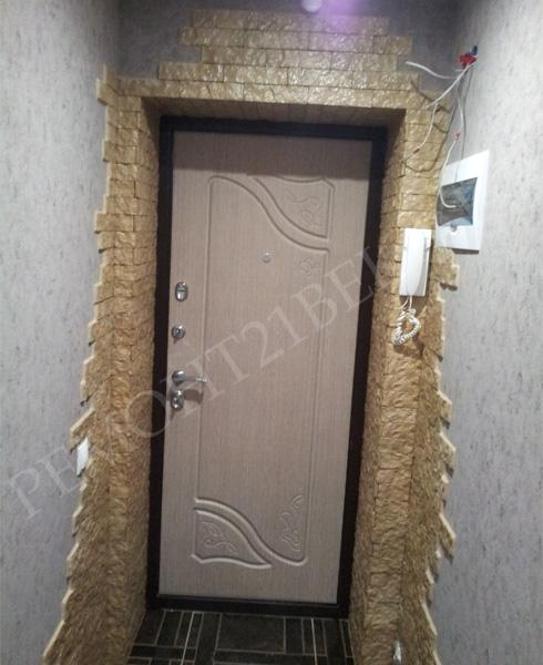 отделка входной двери декоративным камнем фото